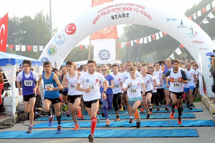 """Şehit Polis Fethi Sekin için koştular... Ege Üniversitesi'nin organizasyonuyla ve İzmir'deki çeşitli kurum ve kuruluşların desteğiyle gerçekleştirilen """"Kahraman Şehitlerimiz Adına Şehit Polis Fethi Sekin Yol Koşusu"""", Ege Üniversitesi Kampüsü Spor Bilimleri Fakültesi Şelale önünden başladı. Koşuda 700 kişi ter döktü. #ege #egeuniversitesi #egeüniversitesi #egeuniversity #FethiSekinİçinKoşuyoruz #fethisekin #koşu #üniversite #şehit #kampüs #universiteizmirdeokunur"""