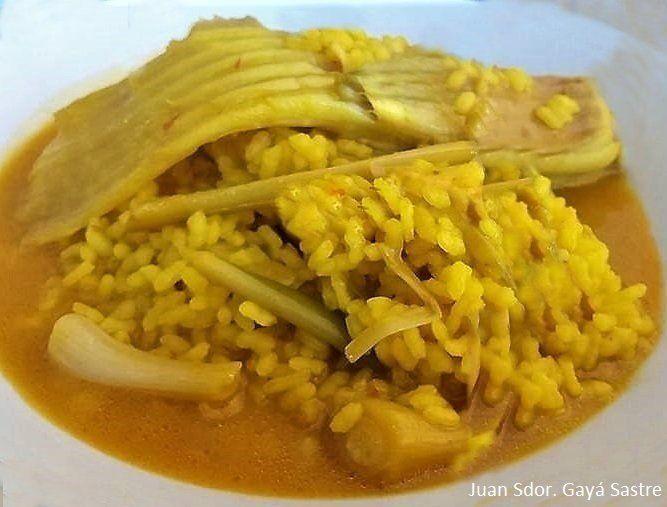 Un plato que seguro que no falla. La raya es un pescado de sabor suave, que combinado con los ajos tiernos, nos ofrece un arroz muy sabroso.