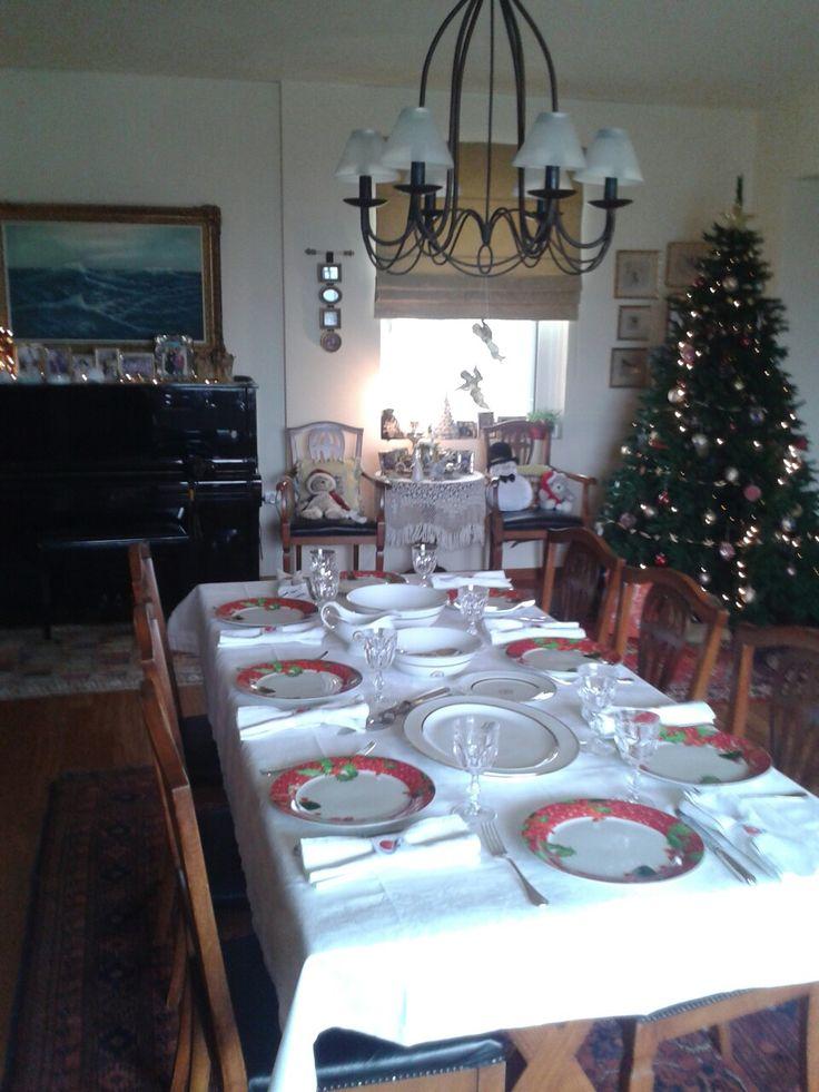 Πρωτοχρονιά μεσημέρι 2017 και περιμένουμε τους Καλογερήδες με γεμιστό χοιρινό ρολό με πατατούλες στο φούρνο και λαχανοντολμάδες αυγολέμονο. Στη συνέχεια έχουμε τούρτα μόκα και βασιλόπιτα.  Για να δούμε ποιος θα είναι ο τυχερός;