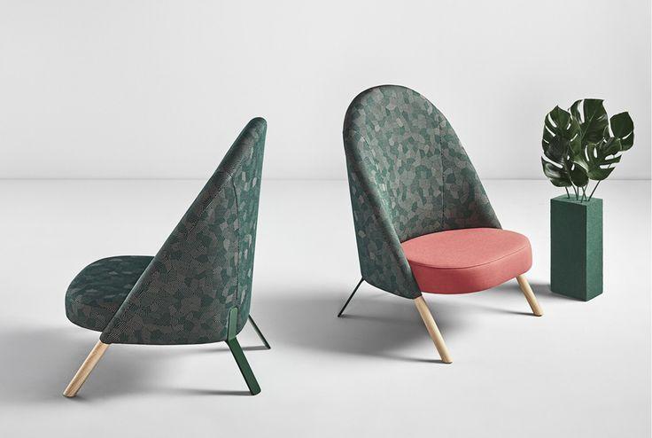 Le fauteuil Okapi, de la collection Novelties, révèle un contraste frappant entre sa face consituée de  pieds en bois de hêtre arrondie et son dos avec ses pieds laquées en métal vert. Ses lignes schématiques contribue à créer un fauteuil très ergonomique, élégant et confortable.