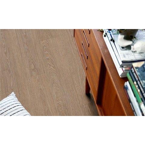 Pergo Classic Plank Ek Natur Mansion - Premium - Vinylgolv  Naturfärgad Mansion ek ger rummet en naturlig, exklusiv känsla av ekträ och matchar perfekt alla typer av naturliga, klassiska interiörer, inklusive en mer lantlig stil.