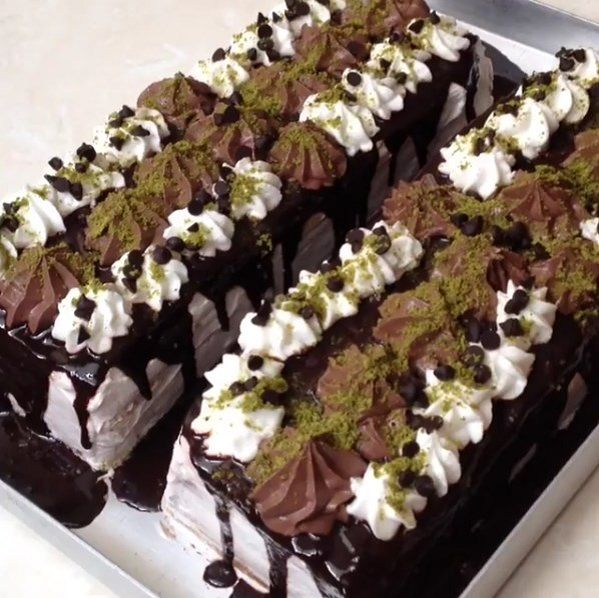 Akşam için hala tatlınız yoksa bu çok pratik pastadan yapabilirsiniz. Yapımı en fazla 1 saat süren, az malzemeyle yapılan çoook pratik bu pastayı mutlaka yapın.