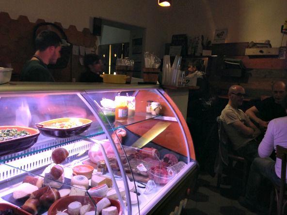 POORMANGER-LA PATATA ,San Salvario, Via ; patete ripiene di alimenti gastronomici. Idea molto carina da provare e fatta bene. Prezzi 5-6€ a patata. consigliato andare presto, nn si prenota ed sempre pieno