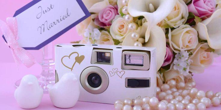 Ihr möchtet ein paar unerwartet tolle Schnapschüsse bei der Hochzeit? Mit der Einwegkamera bekommt ihr die garantiert!