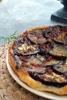 Tarte tatin d'aubergine, tomates séchées, ail et romarin