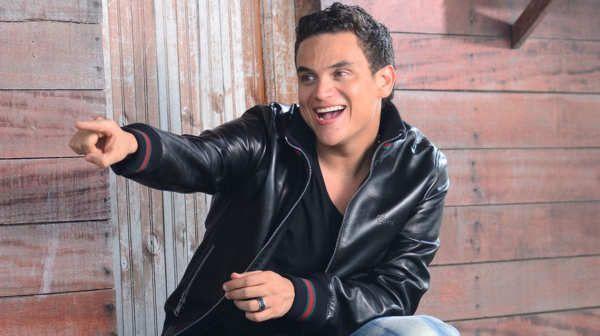 """Silvestre Francisco Dangond Corrales (Urumita, La Guajira; 12 de mayo de 1980.1) es un cantante, presentador de televisión y compositor colombiano, naturalizado estadounidense.2 Dangond es considerado uno de los principales representantes de «la Nueva Ola» de música vallenata.3 Silvestre es idolatrado por sus fanáticos, apodados silvestristas.4Silvestre atribuye sus talentos a su padre, el cantante William José """"El Palomo"""" Dangond Baquero, quien a mediados de la década de los 70…"""