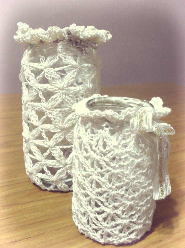 Estos fanales en realidad son frascos reciclados de mermelada y café.Que con muy poco hilo macramé y una agujita de crochet (00), se t...