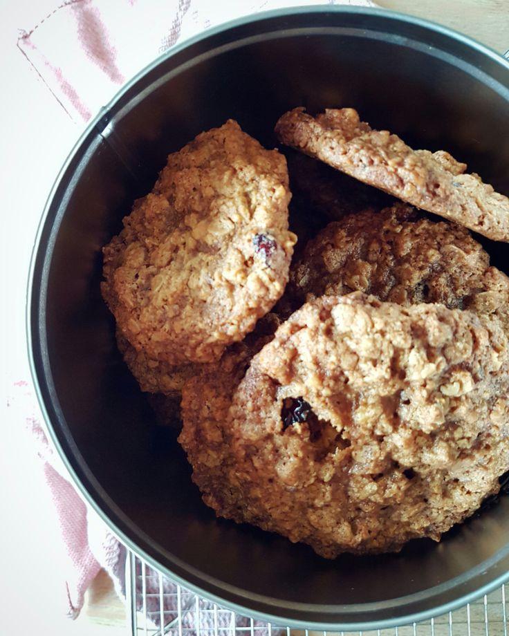 Havregrynscookies med valnødder, tørrede tranebær og kanel.
