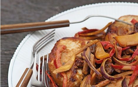 Teriyakikoteletter Teriyakisauce består af japansk sojasauce, sake og sukker eller honning, der koges ind til en lidt sirupsagtig konsistens.