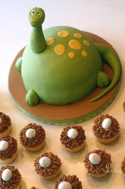 SUR LA TRACE DES DINOS. Un gâteau dinosaure vert et jaune.