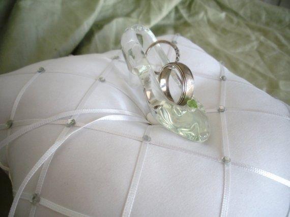 結婚式のシンプルでオーセンティックなリングピローの一覧を集めました!