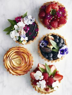 pretty little tarts- fruit taartjes- decoreren met bloemen- cakes decorate with flowers