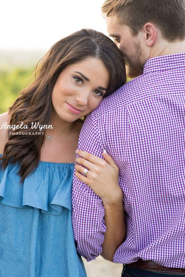 DFW Fort Worth Aledo Coppell-Fotografin Angela Wynn Fotografie: Verlobungssitzung, niedlich, Feld, Steppdecke, Gegenlicht, herrlich, Liebe, Wildblumen…