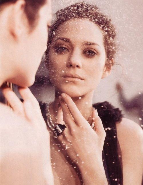 În spatele fiecărei femei puternice se află… greșeli pe care nu le-a mai putut repara și pentru care a plătit cu lacrimi prețioase; iubiri neîmplinite, imposibile, dureroase; oameni în care a crezut și care au dezamăgit-o, știrbindu-i pentru un timp încrederea în ea însăși și în ceilalți; prieteni care au ajutat-o să-și revină ori …