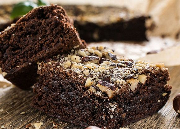 Älskar du chokladiga efterrätter som kladdkaka – men vill vill samtidigt äta nyttigt och undvika ingredienser som vetemjöl, tvivelaktiga tillsatser och raffinerat bordssocker? Vad bra! Då har du nämligen landat på helt rätt recept. Receptet är helt veganskt.
