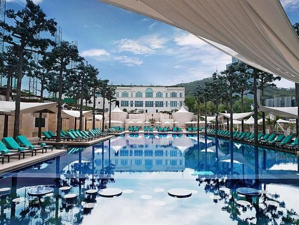 OopsnewsHotels - Banyan Tree Club & Spa Seoul. Banyan Tree Club & Spa Seoul is located in Central Seoul and offers a range of premium amenities including a Jacuzzi and outdoor tennis courts. Guests also have exclusive access to the on-site Banyan Tree Spa and Fitness Center.   Guests on business can benefit from the hotel's meeting rooms, plus enjoy views of Seoul.