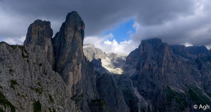 """Il ciclopico pilastro del Sass Maor; a sx il Velo della Madonna e a destra, nelle nuvole, Cima Canali viste dalla via ferrata Ferrata """"Dino Buzzati"""" - Val Canali, Pale di S. Martino (valle di Primiero)  ● http://girovagandoinmontagna.com/gim/vie-ferrate-in-trentino/(pale-di-s-martino)-ferrata-'dino-buzzati'-al-cimerlo-val-canali-(primiero)/"""
