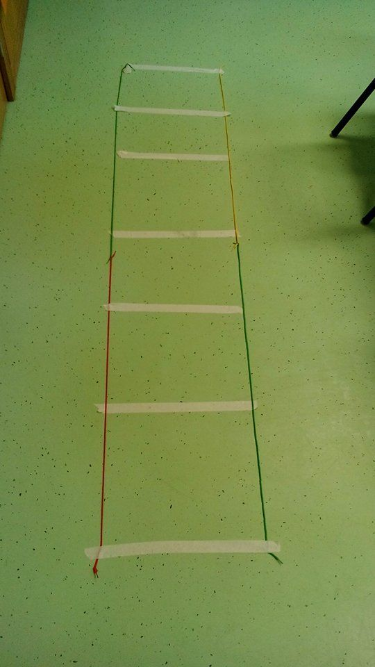 Treino de agilidade e coordenação motora: Realizar saltos variados na escada de agilidade (pés juntos, pé-coxinho, saltar para dentro do quadrado a pés juntos e para fora afastando as pernas, etc).