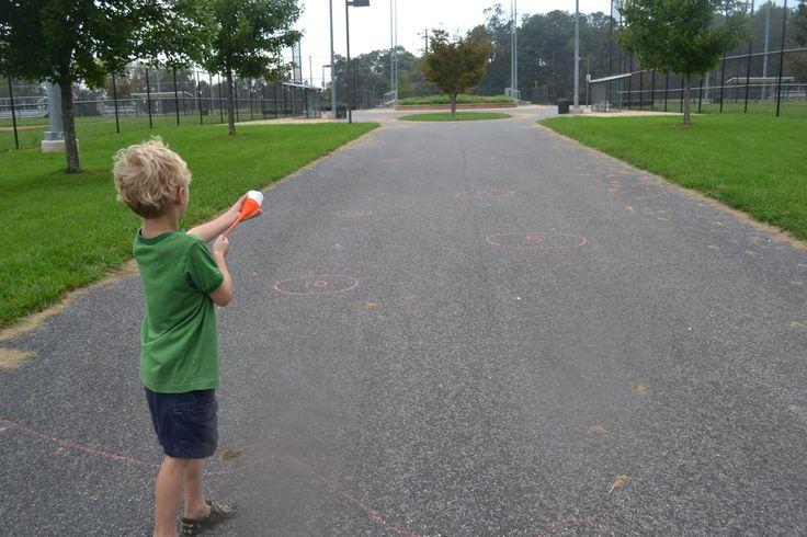 子供たちも夏休みモード全開、猛暑日が続いています。 子供は遊んでも遊んでも、好奇心が尽きることがありません。 うちは公園の水遊びが一番好きですが、家にいれば、ついダラダラとテレビをみてしまいがちです。家にいても出来るだけ五感をフルに使って、遊んで楽しく学べるようにしたいものですね。 100均素材だけでなく、リサイクル素材も組み合わせて、うちで実際に試してよかった!と思ったものを、失敗談や注意点も含めて紹介していきたいと思います! 1.砂の粘土 2.氷のアート 3.ヘリウムなしの風船 4. 手作りバブルブロワー 5.ペットボトルのスプリンクラー 6. ポップコーンボート 7. ポンポン鉄砲 自然の素材を使って想像力を高めよう! 1.砂の粘土 普通の粘土より、より自然を体感できるのが楽しいところです。 材料 砂 1カップ 小麦粉 2カップ(120円程度の安い小麦粉を使いました。) ぬるま湯 1カップ 油 大さじ1 砂と小麦粉を混ぜ合わせ、ぬるま湯を少しずつ足して硬さを調整する。 油で質感を滑らかにする。たったこれだけで砂の感触も残った粘土の出来上がり!…