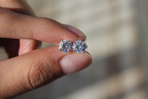 Splendidamente abbinato, questi per sempre una Moissanite stud orecchini caratteristica 6.5 mm, rotondo, incolore/VVS pietre di Moissanite impostare in 14k white gold quadripolare impostazioni. Ogni orecchino pesa 1 carato, per un peso totale di carati di 2 carati. Per sempre una Moissanite non deve essere confuso con i simulanti di diamante che tentano di imitare laspetto di un diamante. Per sempre una Moissanite è veramente una sostituzione di diamante come si supera un diamante in br...