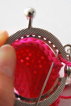 Dit gratis haakpatroon van een mini portemonneetje is te leuk. Deze schattige kleine portemonneesluitingen zijn te koop bij Echtstudio. Een echte must have!