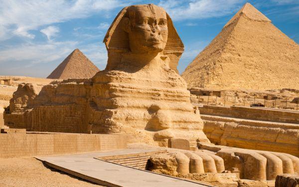 Widok piramid egipskich w Gizie na tle Sfinksa