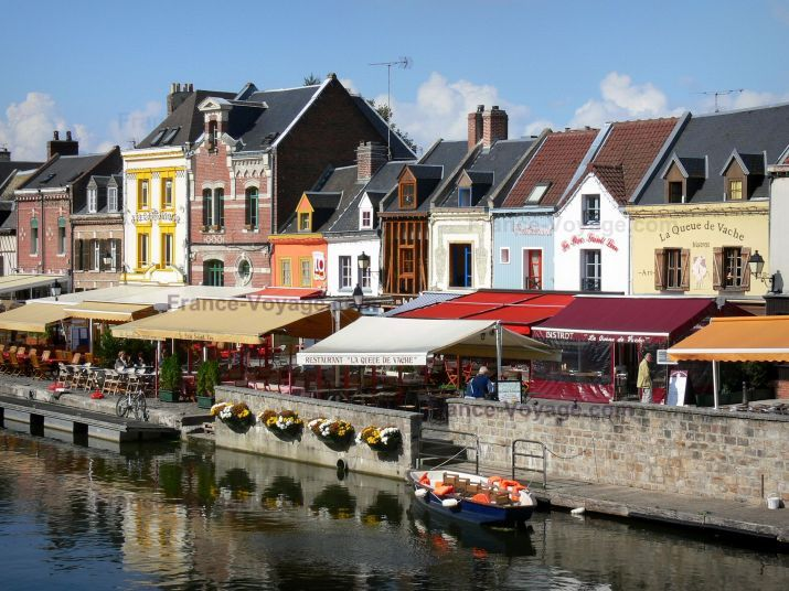 Amiens: Saint-Leu district: small houses, restaurant and cafe terraces on the edge of the canal - France-Voyage.com