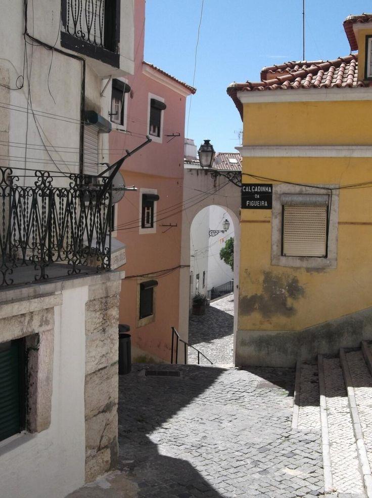 #StradeDelMondo #Lisbona, tortuose e meravigliose stradine dell'Alfama © @PochoBalu1083