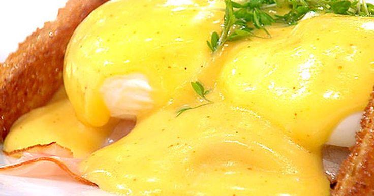 Ägg Benedict är en klassisk brunchrätt - läcker toast med pocherat ägg, skinka och hollandaise.