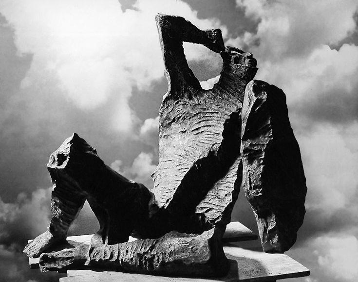 Marcello Mascherini, Guerriero (1961); Largo Riborgo, Trieste. Photograph by Pozzar, Trieste. In quest'opera si nota l'ultimo approdo dell'arte di Mascherini, più scabra e tormentata, probabilmente mutuata dalla natura della roccia carsica, frammentaria e spigolosa, tipica dell'altipiano intorno a Trieste.