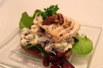 Pähkinäinen salaatti on mukavaa pureskeltavaa kananrintafileen ja maalaisruislimpun kanssa.