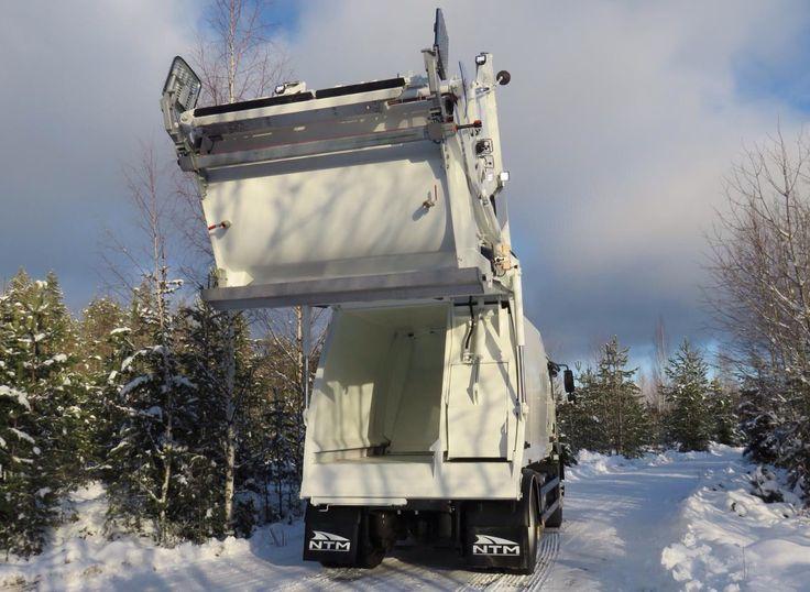 NTM KG-2K podnoszenie odwłoka śmieciarki dwukomorowej z przegrodą i zasuwą na mniejszej, prawej części zbiornika do zbiórki i transportu dwóch frakcji odpadów. NTM KG2K 2-chamber rear loader, NTM Zwei-Kammer Hecklader, KGBH-2K är en driftssäker tvåfacksbaklastare. Refuse truck, rear loader, garbage vehicles, Kommunalfahrzeuge, Benne a ordures, Recolectores, piccoli camion, Carico posteriore