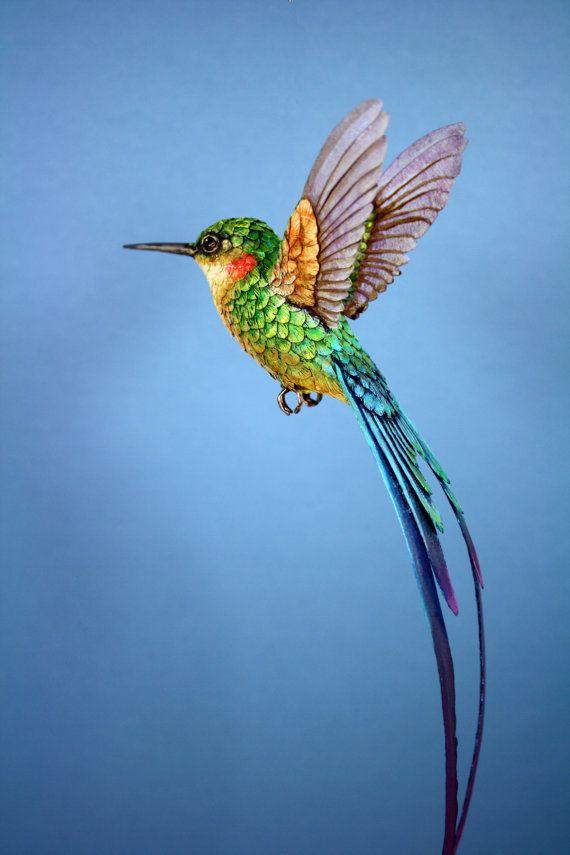 Colibri grandeur nature, résine et papier.