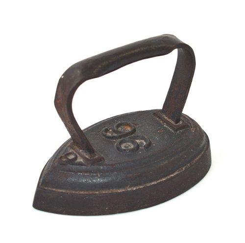 Oud antiek strijkijzer