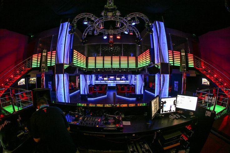 Face Club to dwupoziomowa młodzieżowa przestrzeńna warszawskiejOchocie. Klub, choć niepozorny z zewnątrz, zaskakuje po przekroczeniu progu multimedialnymi ścianami, neonowymi światłami oraz koncertowym nagłośnieniem. Face Club oferujeprawie 600m2imprezowej powierzchni, która idealnie nadaje się na koncerty, przyjęcia urodzinowe lub inne okolicznościowe imprezy masowe. Centralną część klubu stanowi przestronny parkiet ze znajdującym się na niewielkim podwyższeniu konsoletą DJ-ską oraz…
