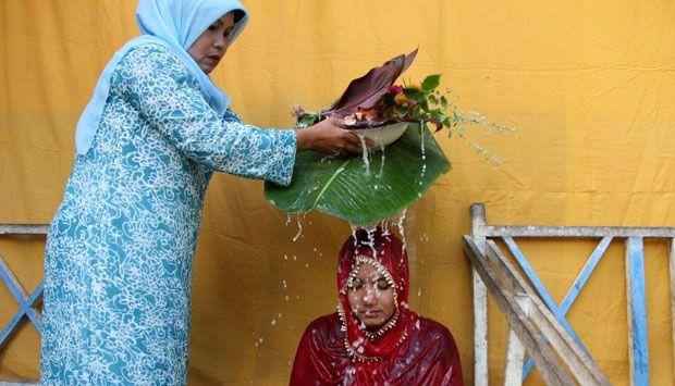 Seumanoe Pucok (siraman atau mandi kembang) untuk calon pasangan calon pengantin wanita dan laki-laki di provinsi Aceh nyaris punah akibat..
