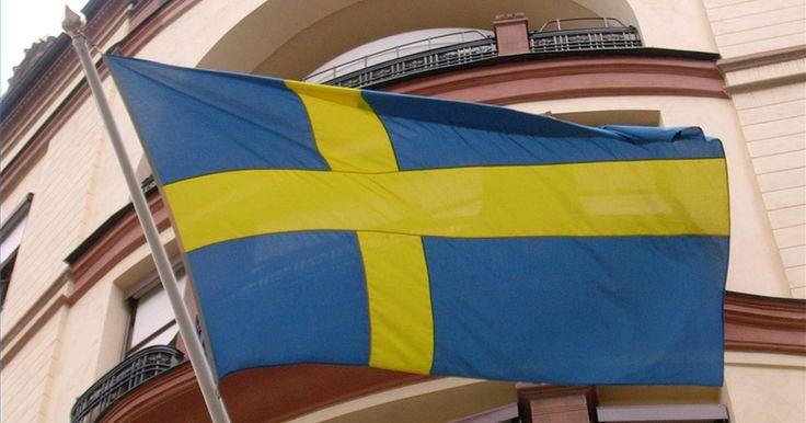 ¿Qué representa la bandera de Suecia?. La bandera sueca, una de las banderas más antiguas del mundo, es radiante y fácilmente reconocible. Aunque está inspirada en el escudo de armas sueco (un fondo azul con tres coronas amarillas), la simplicidad del diseño de la bandera de la nación no debe ser subestimado.