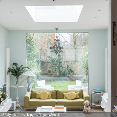 Der helle Wohnbereich zeichnet sich durch seine natürliche Atmosphäre aus. Diese wird nicht zuletzt durch die große Fensterfront und das Oberlicht…