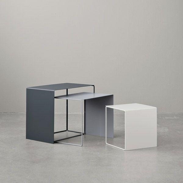 Ferm Livingin Cluster-pöydät rakentuvat ohuista metallijaloista ja -tasoista, mikä tekee niistä ilmavia ja minimalistisia kalusteita. Tyylikkäät pöydät voi asetella sisäkkäin, sommitella ryhmäksi tai jaotella eri tiloihin ja huoneisiin käteviksi sivupöydiksi.