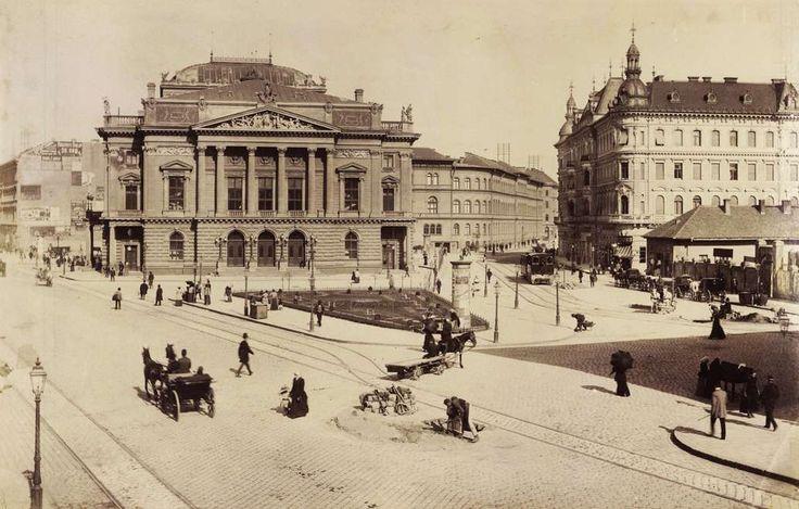 Blaha Lujza tér (ekkor a Népszínház utca és a Rákóczi út találkozása), a Népszínház (a későbbi Nemzeti Színház) épülete. A felvétel 1893-ban készült. A kép forrását kérjük így adja meg: Fortepan / Budapest Főváros Levéltára. Levéltári jelzet: HU.BFL.XV.19.d.1.07.020