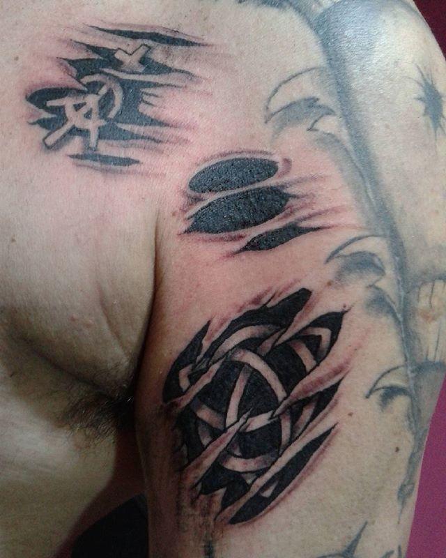Un par.de rasguños para el amigo @javier_ajspa  #tatuagem #tatuajes #tattoo #blackink #tintanegra #desgarro #ripped #triskell #inked #capilladelmonte #almaalairetattoo