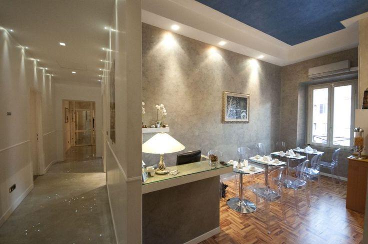Casa Vacanze al Centro di Roma L'appartamento è composto da un soggiorno vivibile e 5 camere da letto tutte le stanze sono dotate di servizi privati con doccia a pioggia, aria condizionata, Sky