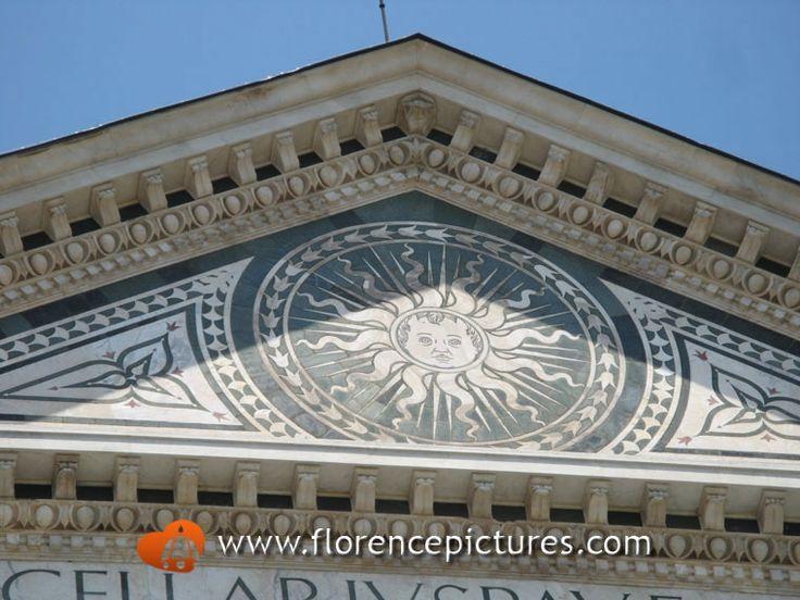 Sol Invictus - stemma del quartiere di Santa Maria Novella -  simbolo di forza e ragione - Dominica Solar Emblem - timpano Basilica di Santa Maria Novella, Firenze