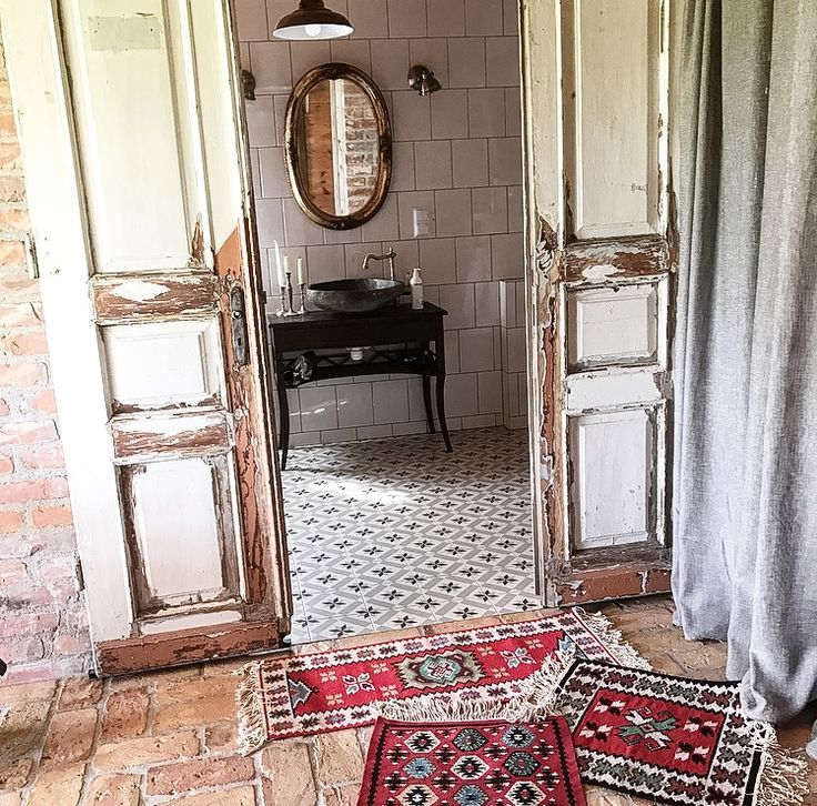 Country style woodhouse interior deco old door white door mozaik floor boho style