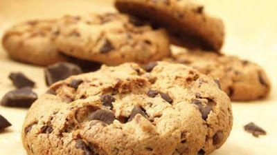 I cookies americani sono i classici biscottini tondi con gocce di cioccolato: una vera squisitezza! La buona notizia è che la ricetta per la loro preparazi