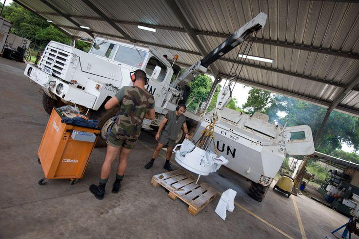 Opération Licorne RCI Fort d'une trentaine de militaires, le detachement de soutien de l'ONUCI (DETSOUT ONUCI) de la force Licorne a pour mission d'entretenir et de reparer les materiels francais mis a disposition des contingents africains, en maintenant une disponibilite technique operationnelle toujours superieure a 90%. Copyright : CCH FARO Jeremie