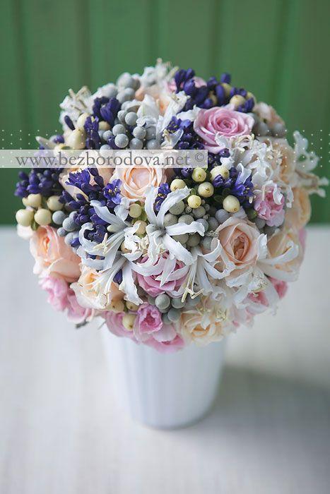 Свадебный букет из пионовидных роз с ягодами и синими агапантусами