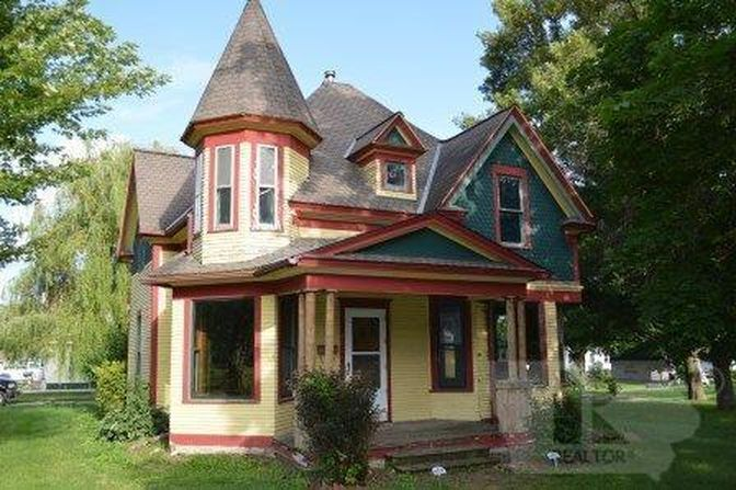 401 S Grant St Lake Mills Ia 50450 Zillow Old House Dreams Lake Mills Victorian Homes