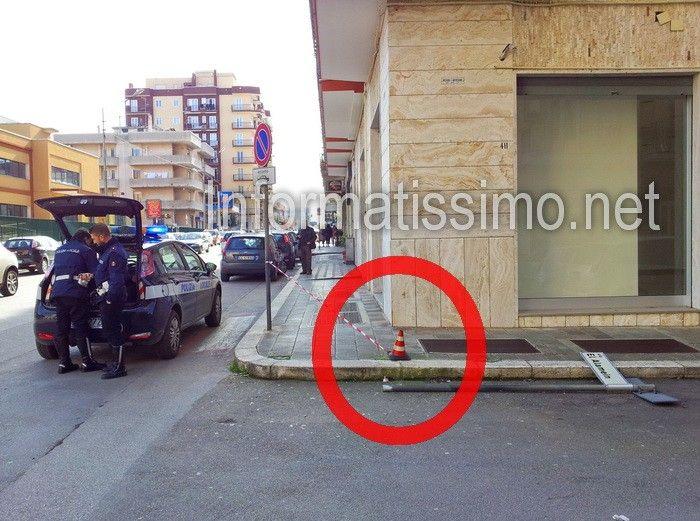 Si era aggrappato al segnale stradale per sostenersi, ma il palo si è spezzato: poggiava su na semplice saldatura. L'anziano è finito in ospedale. La curiosa disavventura di un uomo quasi 90enne di Putignano, si è verificata stamani intorno alle ore 9,30, su Via Cavalieri di Malta. Il segnale dove un anziano ha tentato di sorreggersi, si è spezzato, facendo cadere entrambi sull'asfalto http://www.informatissimo.net/attualita/10384-anziano-afferra-palo-per-sorreggersi.html