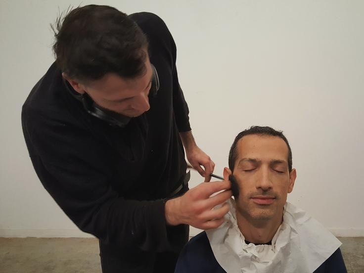 Iulian Paraschiv maquillando a Ramon durante la sesión de retrato.